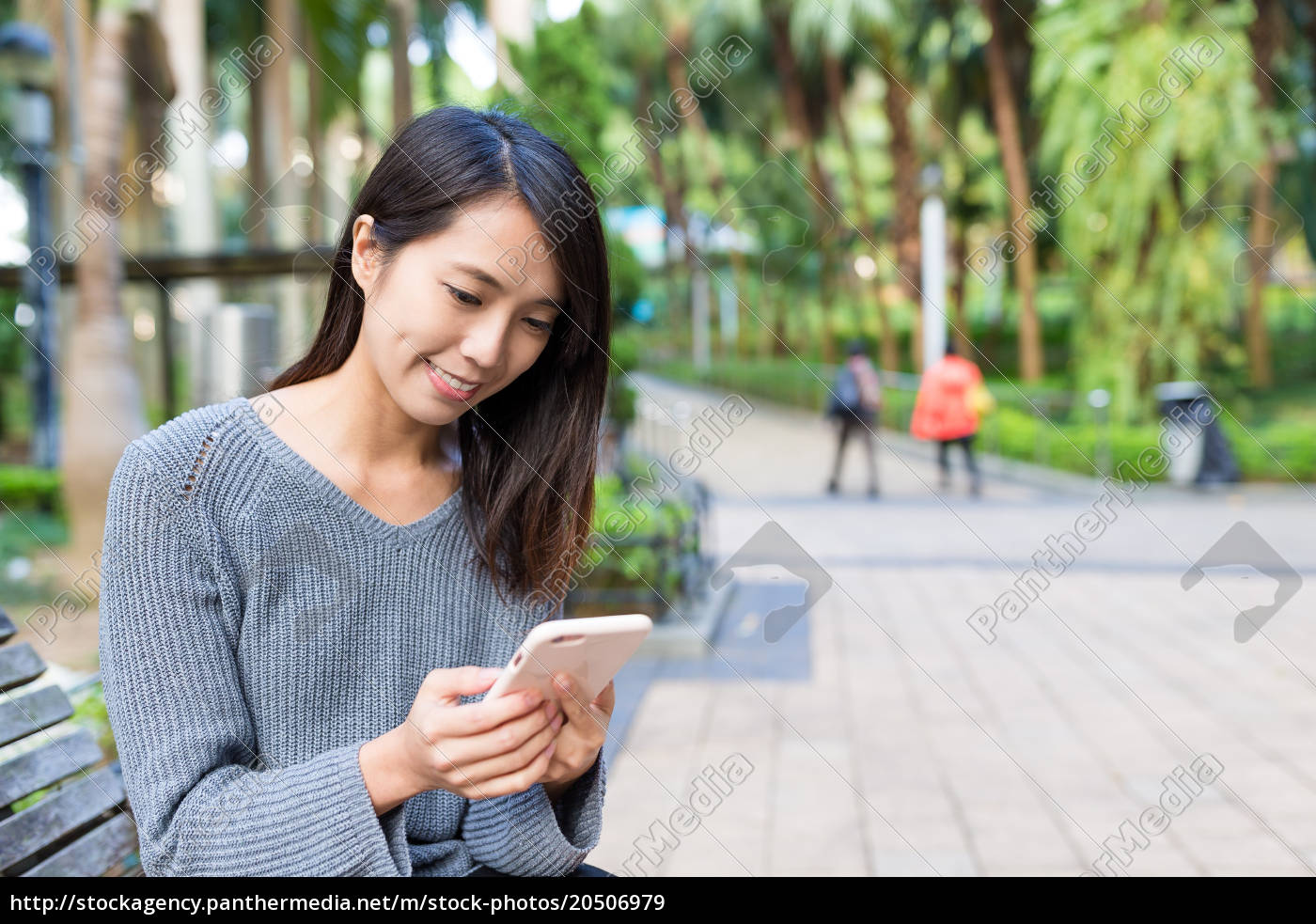 woman, use, of, cellphone, at, park - 20506979