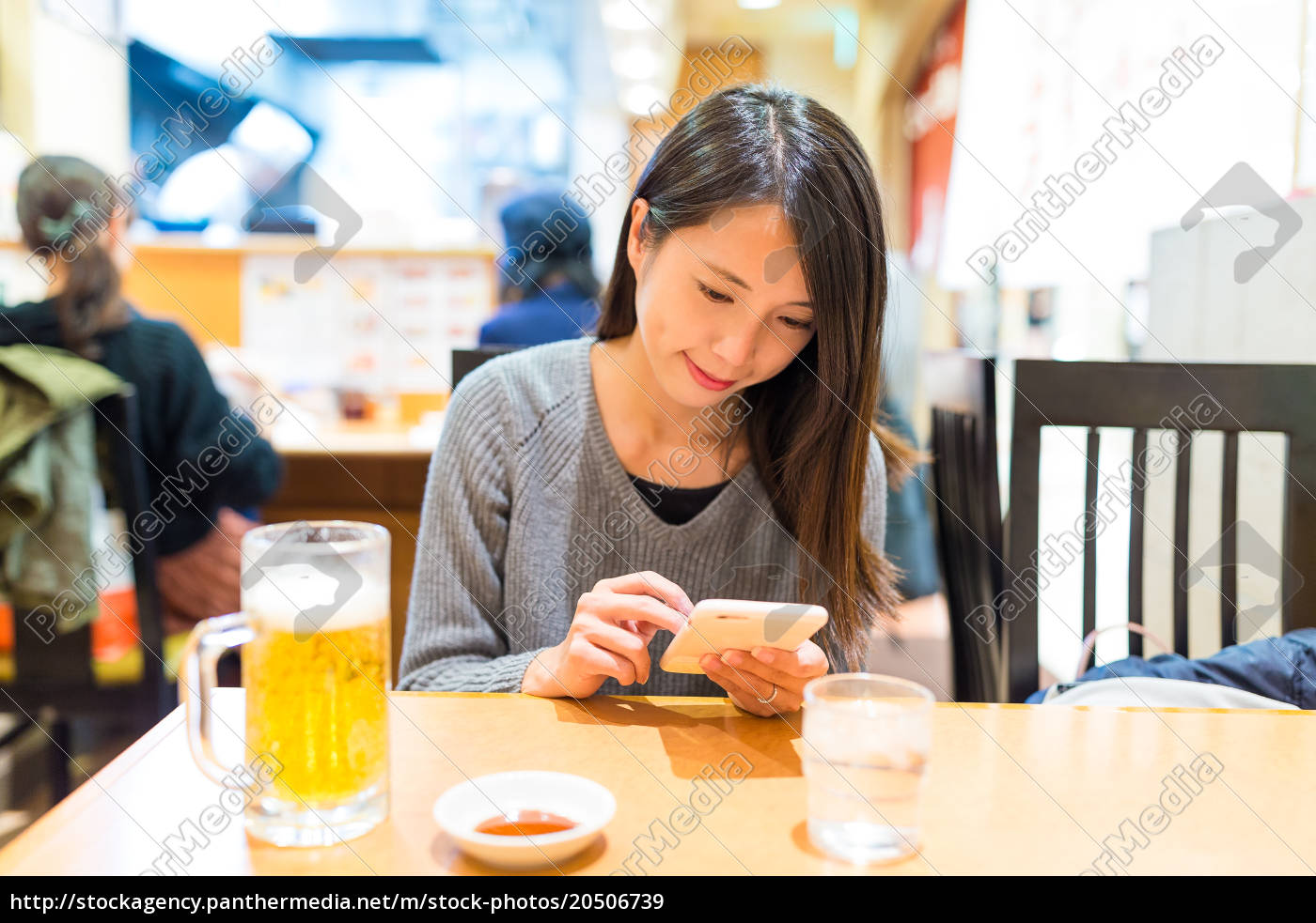 woman, use, of, cellphone, in, restaurant - 20506739
