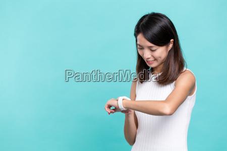 woman, use, of, smart, watch - 20506819