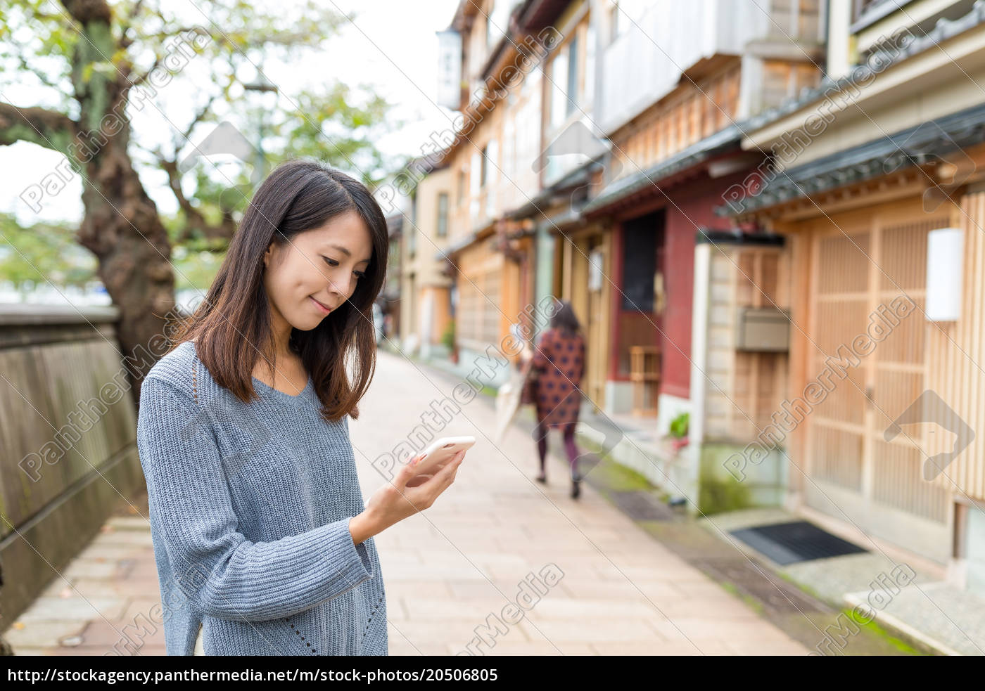 woman, using, cellphone, in, japanese, old - 20506805