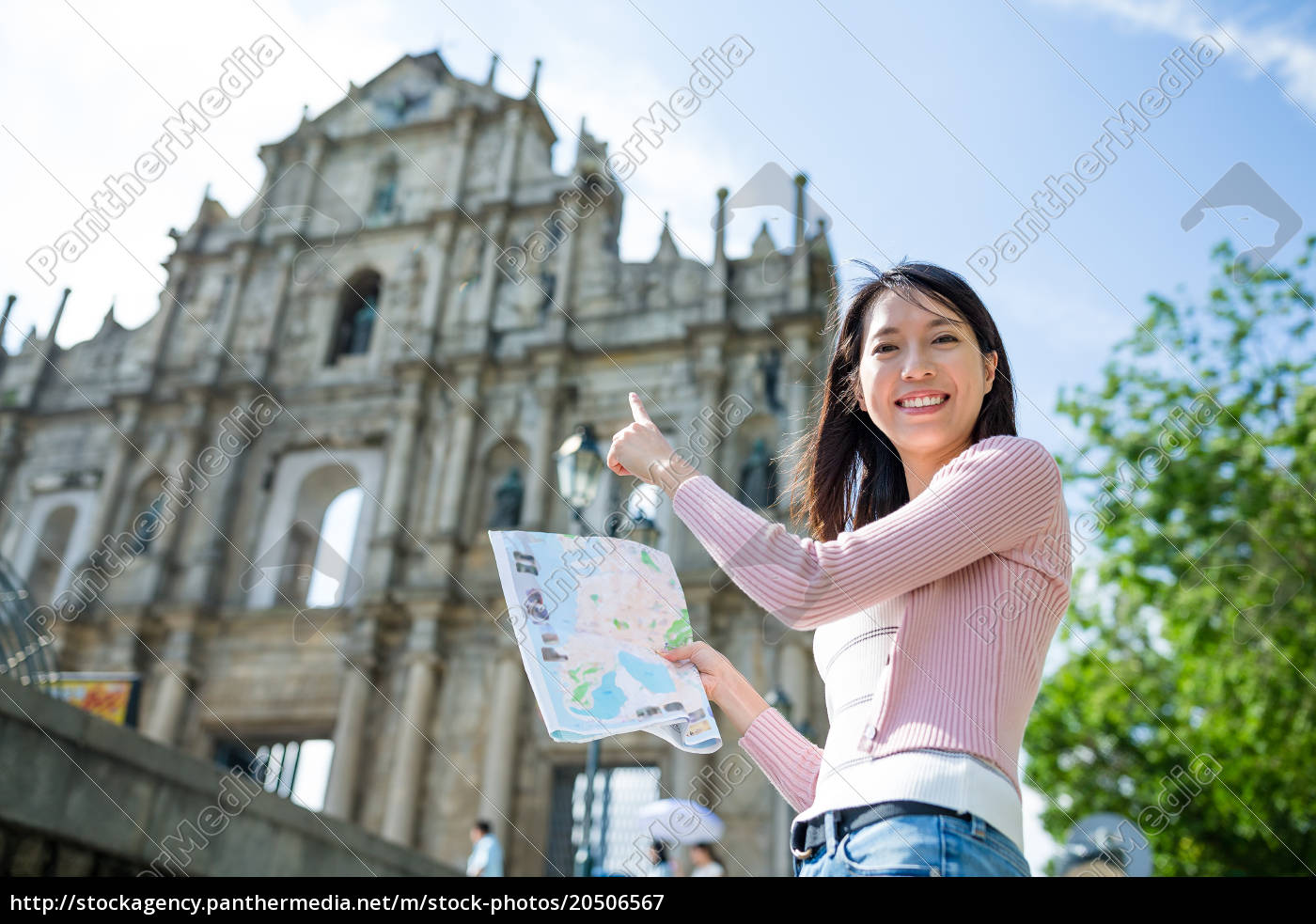 woman, using, paper, map, in, city - 20506567