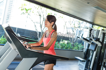 woman, doing, fitness, in, gym - 20507077