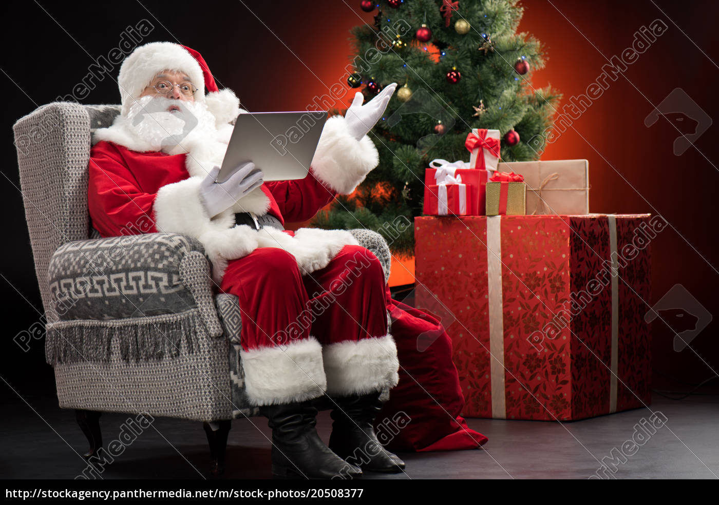 santa, claus, using, laptop, and, gesturing - 20508377