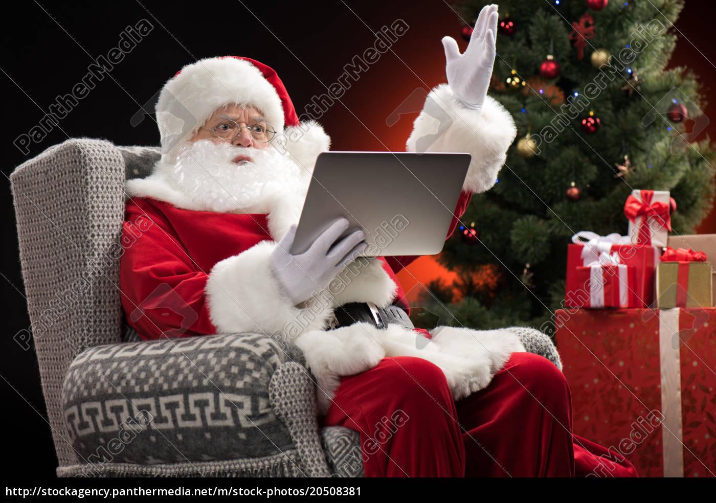 santa, claus, using, laptop, and, gesturing - 20508381