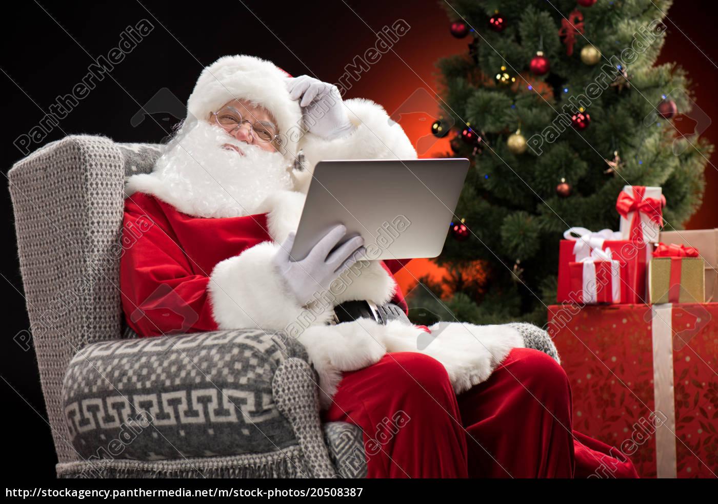 santa, claus, using, laptop, and, gesturing - 20508387