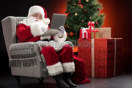 santa, claus, using, laptop - 20508367