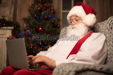santa, claus, using, laptop - 20509927