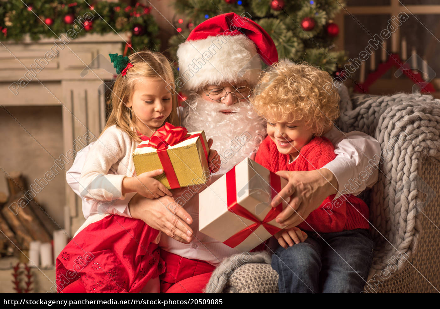 santa, claus, with, children, holding, gift - 20509085