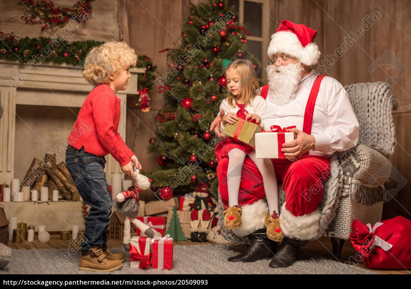 santa, claus, with, happy, children - 20509093