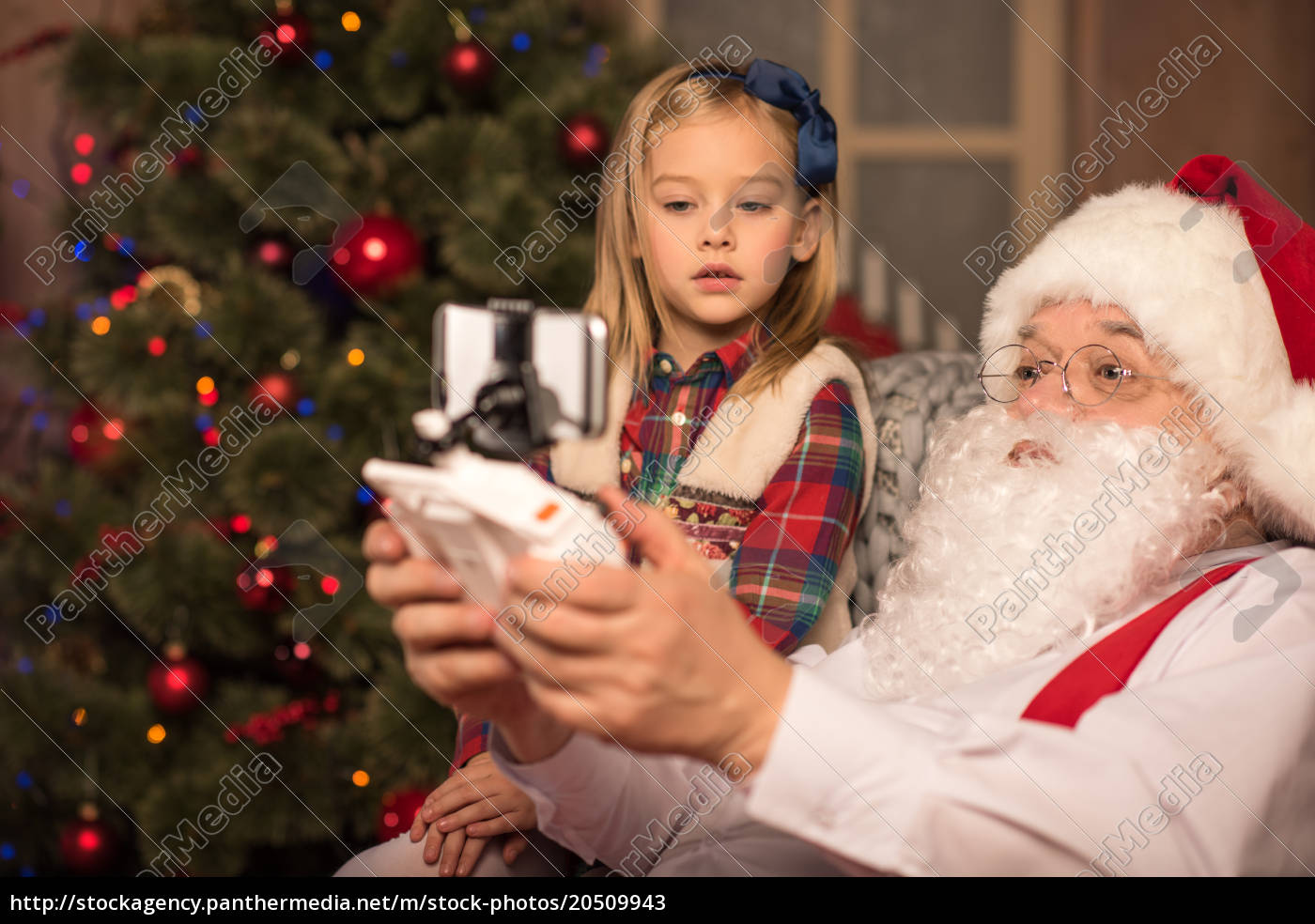santa, claus, with, little, kid - 20509943