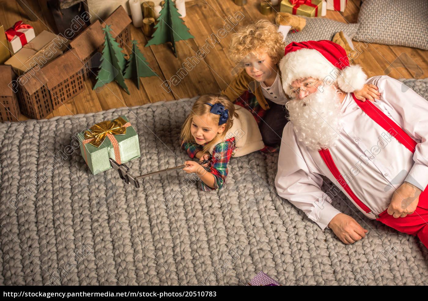 santa, claus, with, children, talking, selfie - 20510783