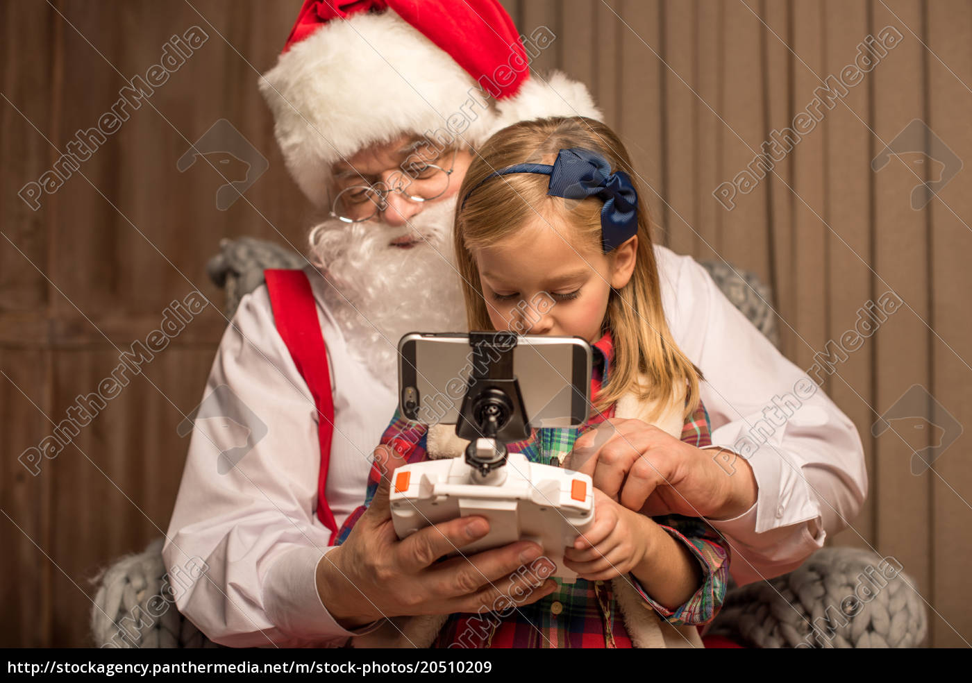 santa, with, kid, using, hexacopter, drone - 20510209