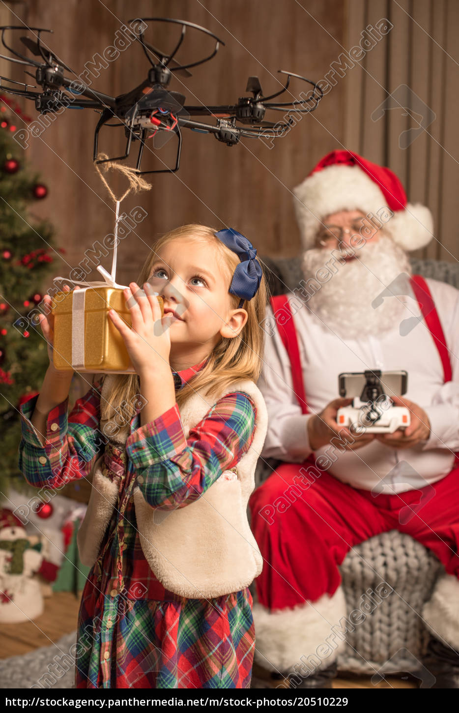 santa, with, kid, using, hexacopter, drone - 20510229