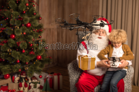 santa, with, kid, using, hexacopter, drone - 20510485