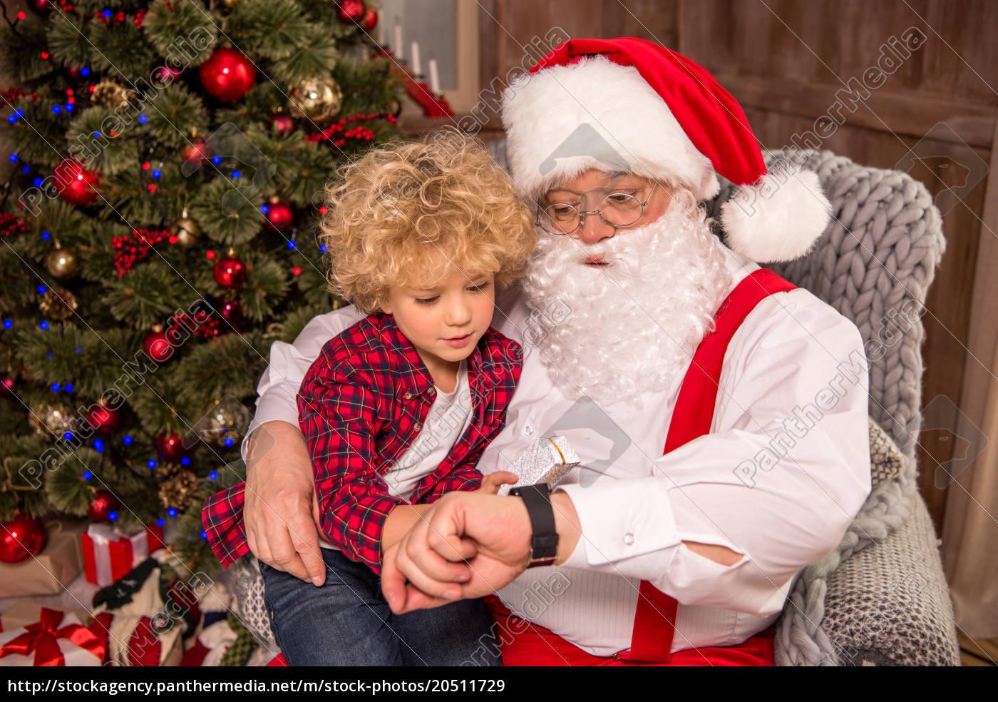 santa, claus, with, kid, on, knee - 20511729