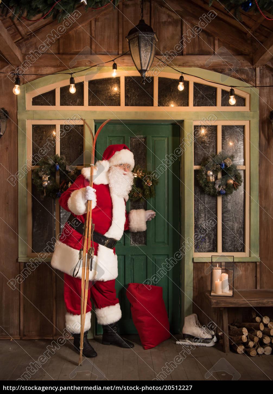 santa, claus, knocking, in, door - 20512227