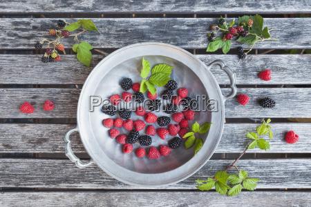 tin plate of raspsberries and blackberries