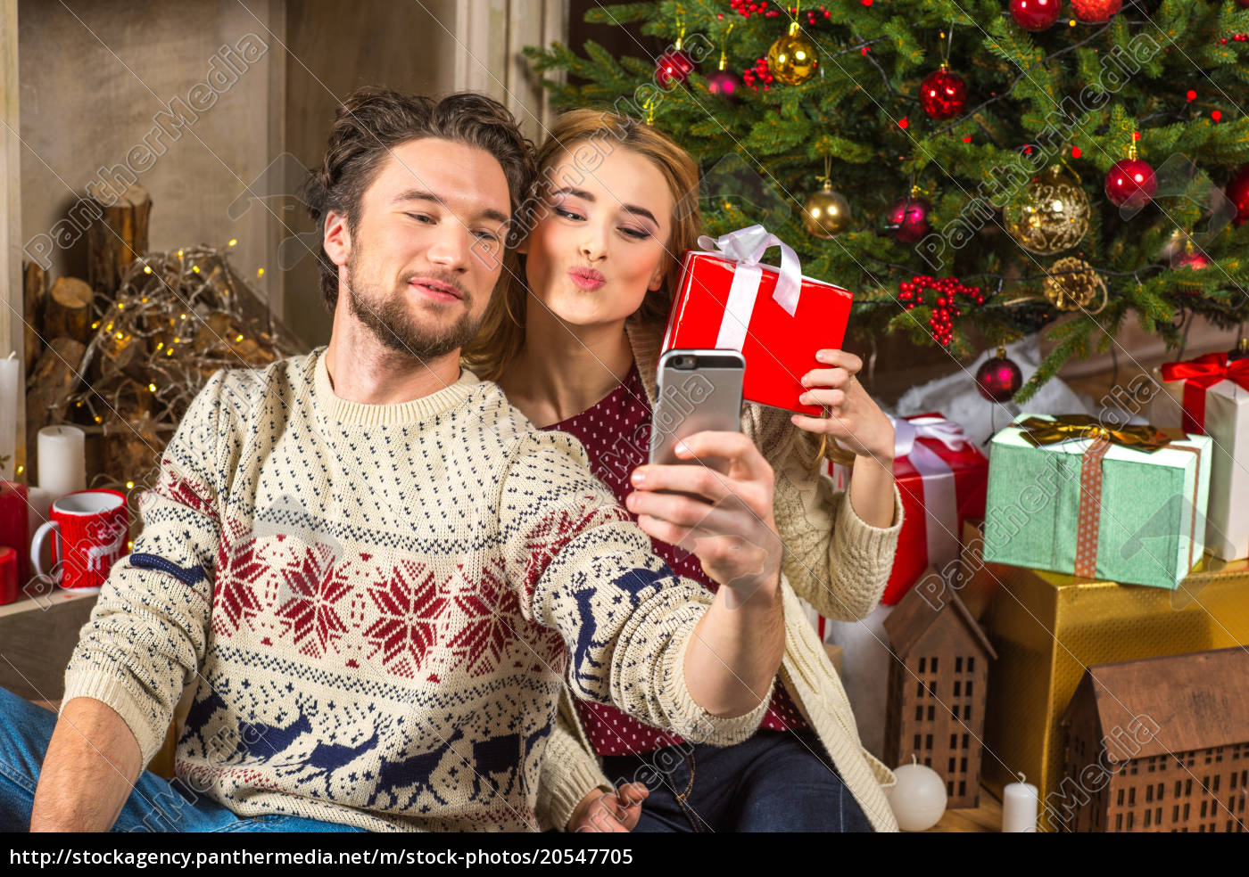 couple, taking, selfie, with, christmas, presents - 20547705