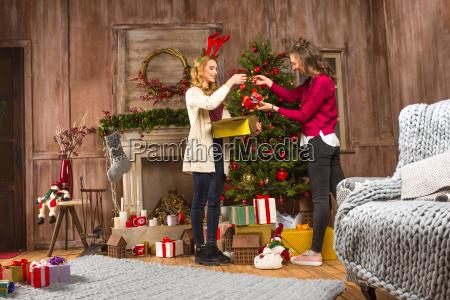 women, decorating, christmas, tree - 20548099