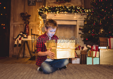 boy, opening, christmas, present - 20549663