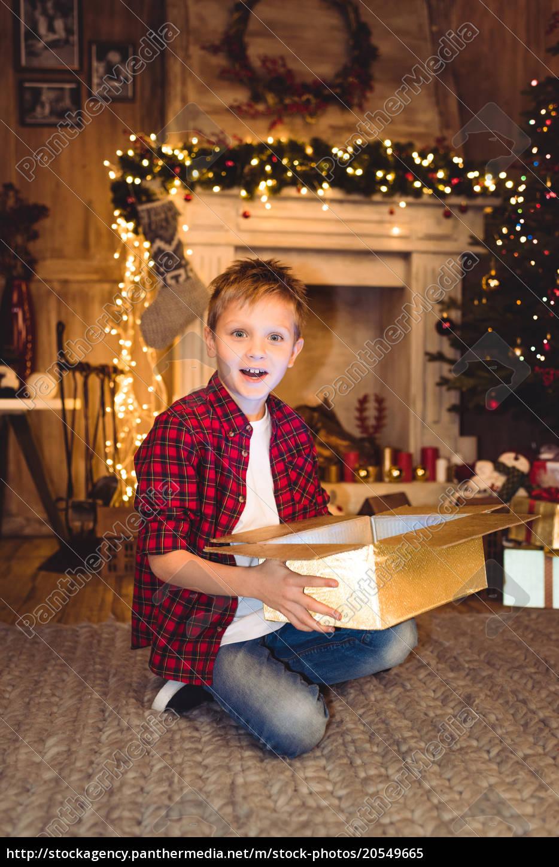 boy, opening, christmas, present - 20549665