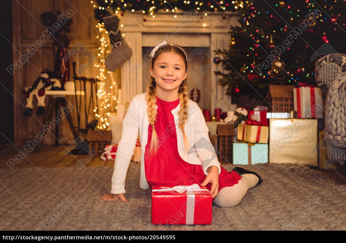 girl, holding, christmas, present - 20549595