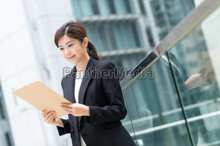 businesswoman, read, on, clipboard - 20551333
