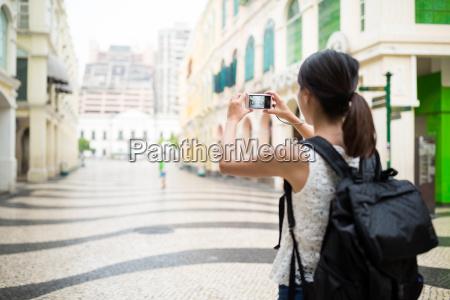 backpacker, taking, photo, in, macao, landmark - 20552871