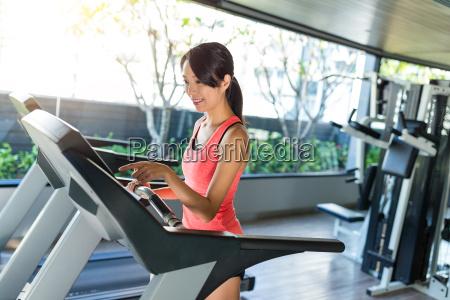 sport, woman, running, on, treadmill - 20552851