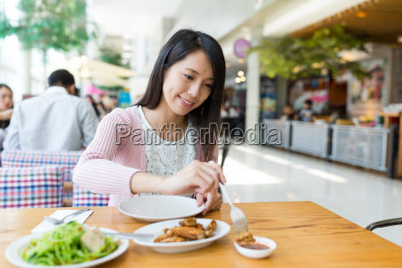 woman, enjoy, her, meal, in, restaurant - 20552865