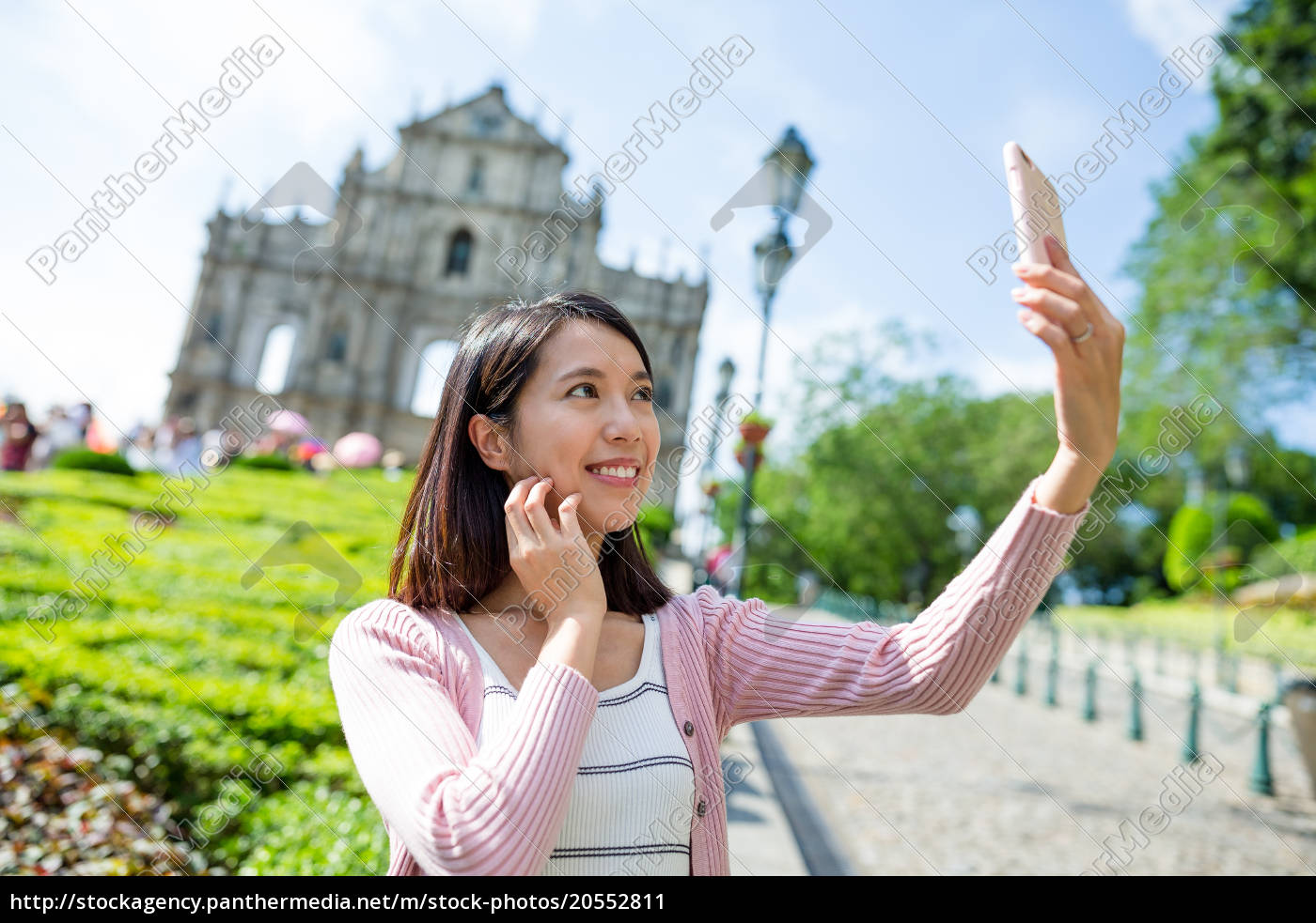 woman, taking, selfie, by, mobile, phone - 20552811