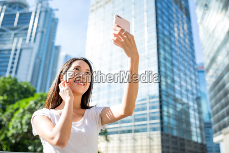 woman, using, cellphone, for, taking, selfie - 20552813