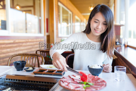 woman, enjoy, barbecue, in, japanese, restaurant - 20553081