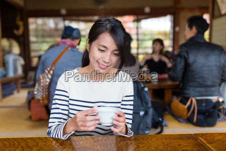 woman, enjoy, hot, green, tea, in - 20553131