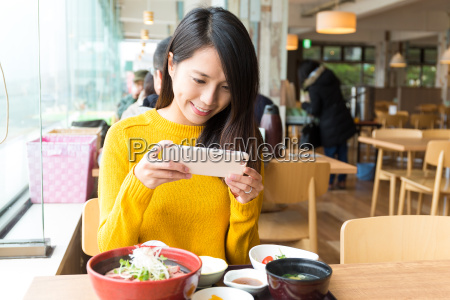 woman, taking, photo, before, eating - 20553075