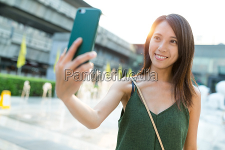 woman, taking, selfie, by, mobile, phone - 20553343