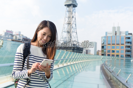 woman, use, of, cellphone, for, finding - 20553099