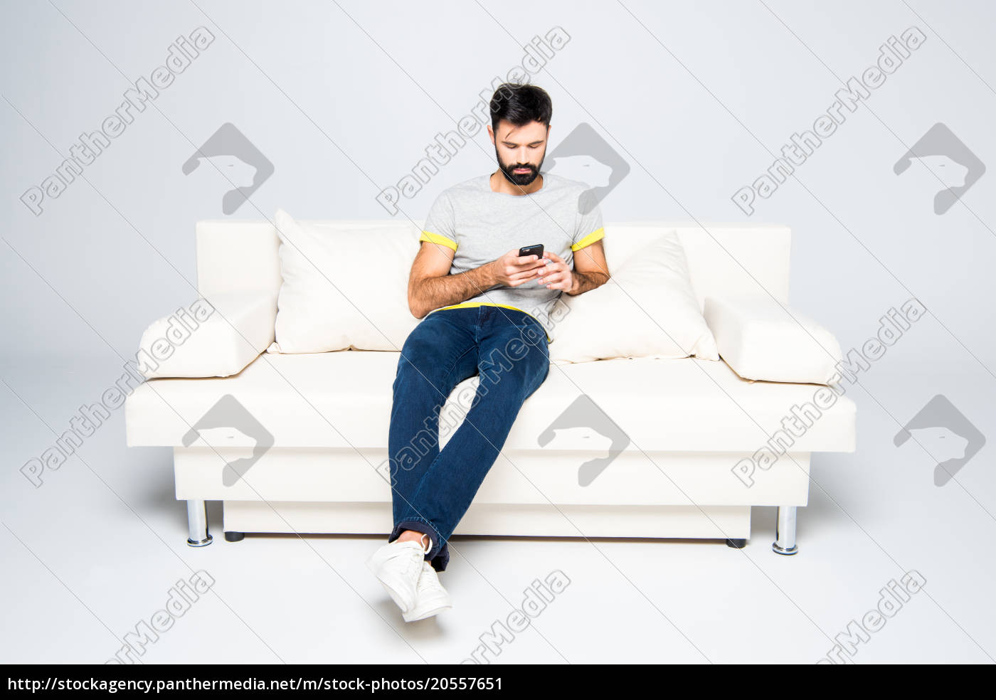 bearded, man, using, smartphone - 20557651