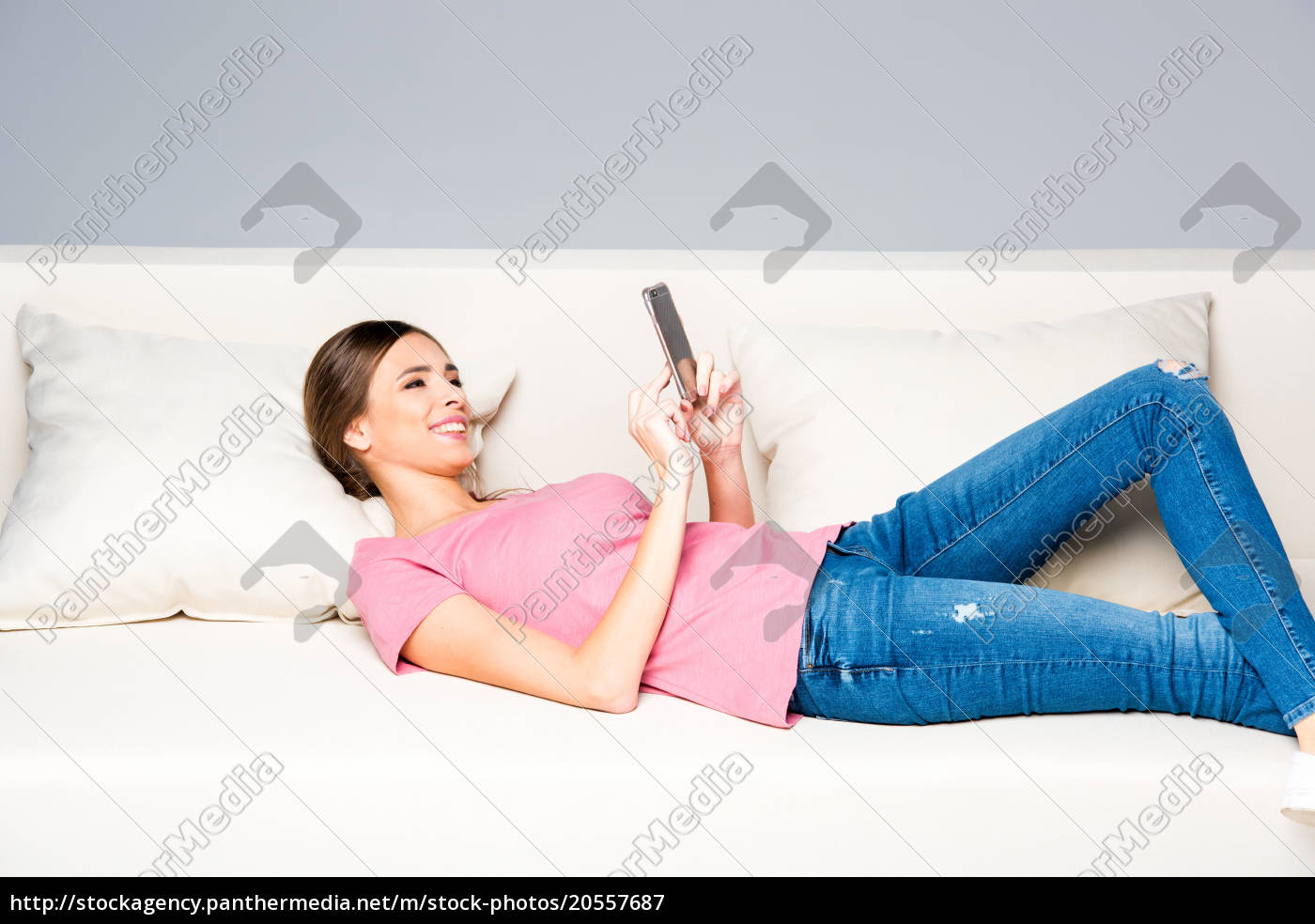 smiling, woman, using, smartphone - 20557687