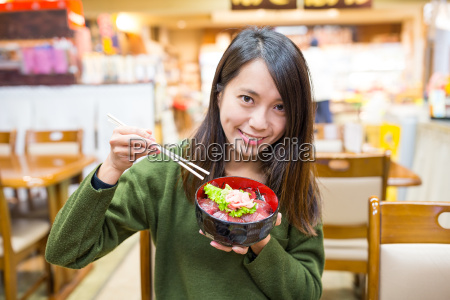woman, eating, tuna, don, in, japanese - 20557843
