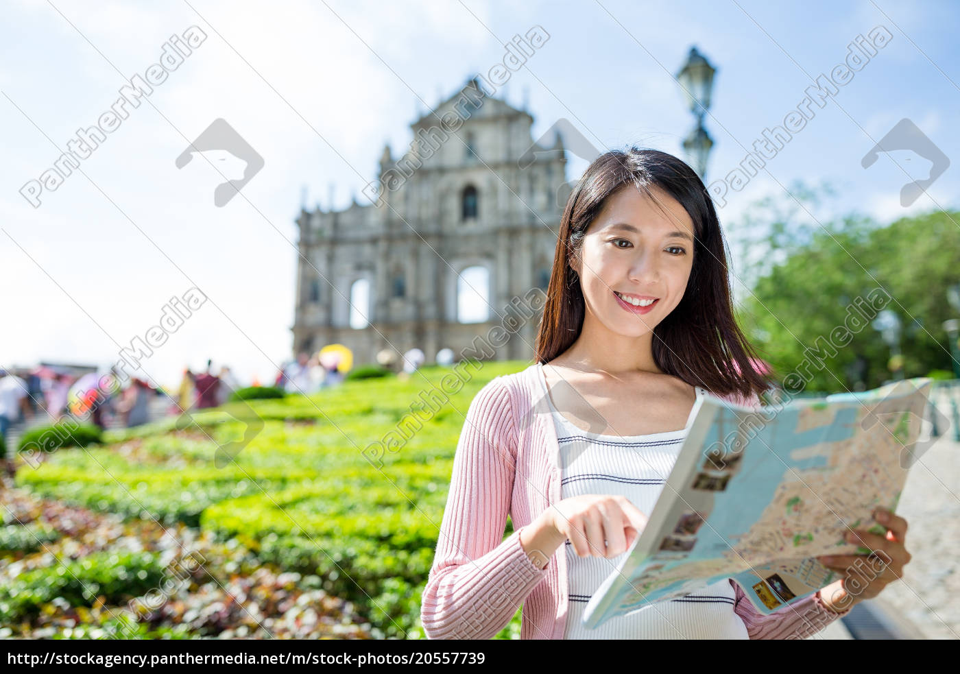 woman, searching, the, location, in, map - 20557739