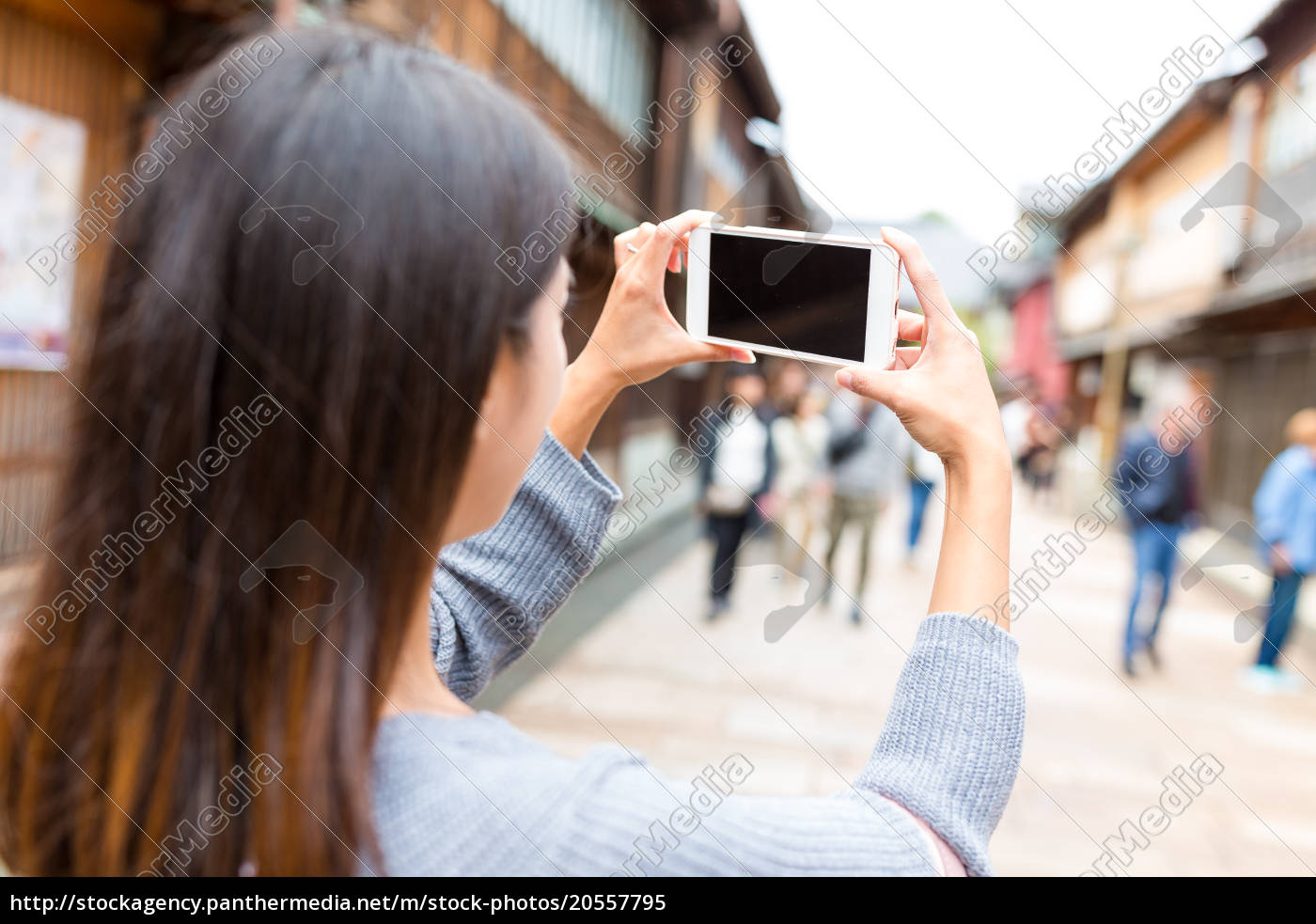 woman, taking, photo, by, mobile, phone - 20557795