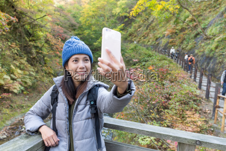 woman, taking, selfie, by, mobile, phone - 20557823