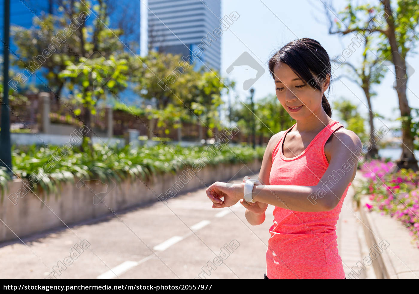 woman, use, of, smart, watch, for - 20557977
