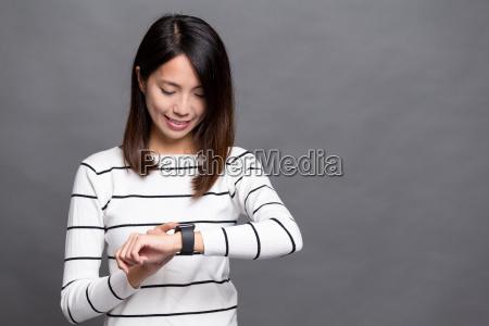 woman, use, of, smart, watch - 20557785