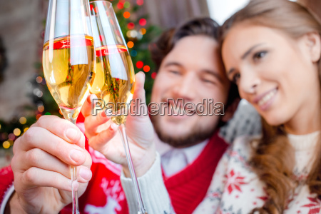 couple, toasting, with, champagne, glasses - 20558647