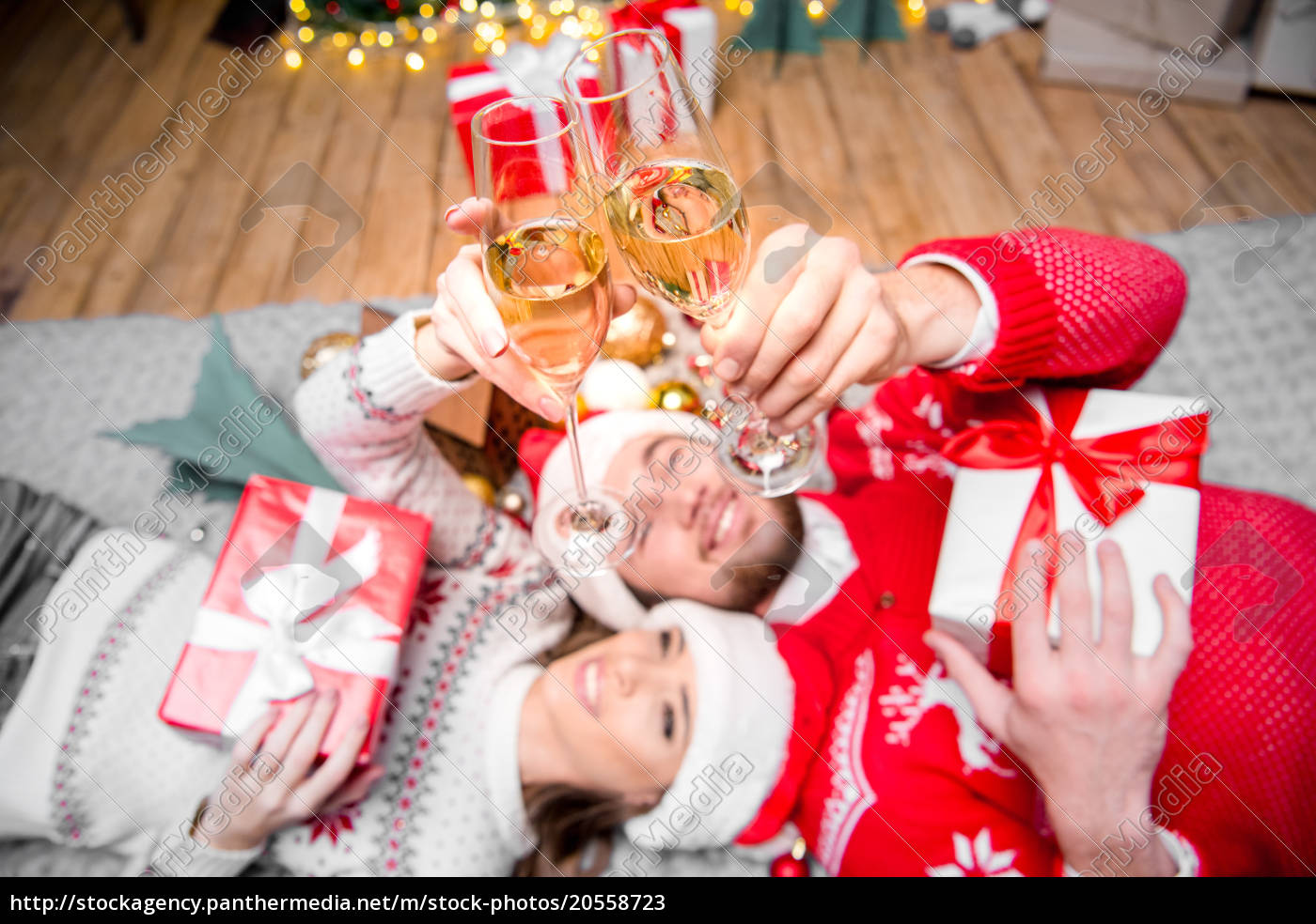 couple, toasting, with, champagne, glasses - 20558723
