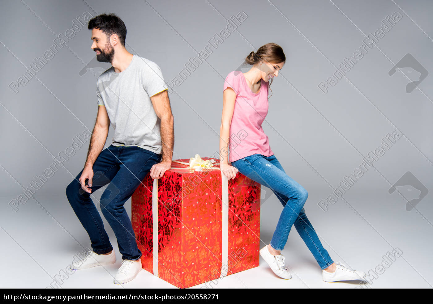 couple, with, red, gift, box - 20558271
