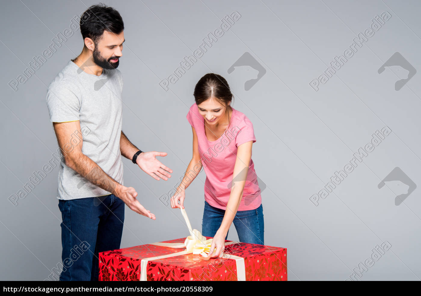 couple, with, red, gift, box - 20558309