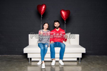 couple, with, red, hearts, balloons - 20558593